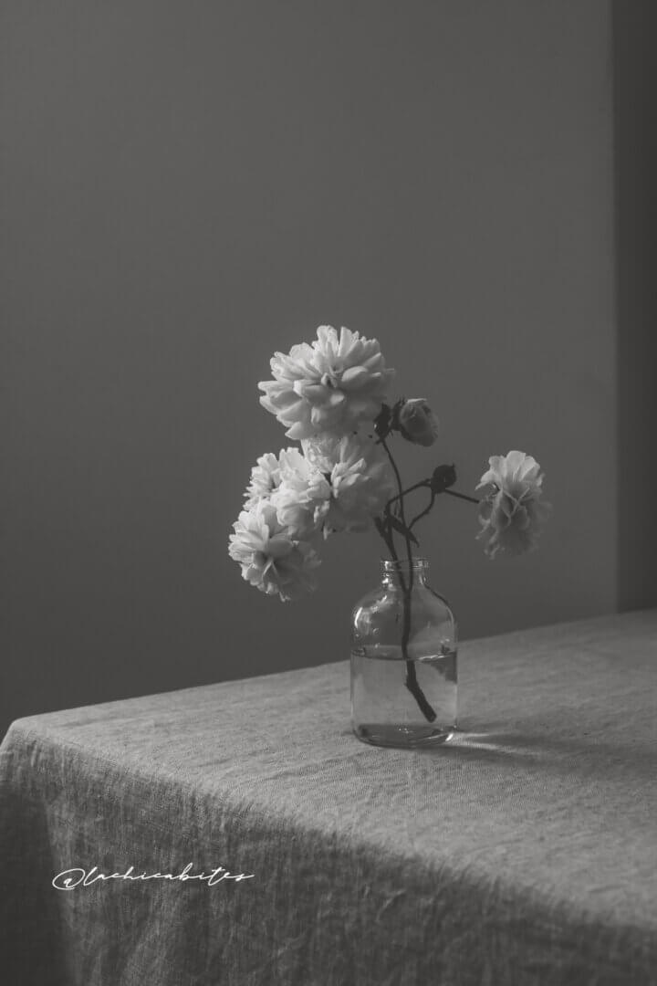 Black and White Floral photography and editorial photography for interior magazines. London white roses. @lachicabites